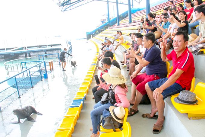 Khu du lịch  Vinpearl Land Nha Trang mở cửa trở lại từ ngày 12-5. (Trong ảnh: Du khách xem xiếc hải cẩu tại Vinpearl).